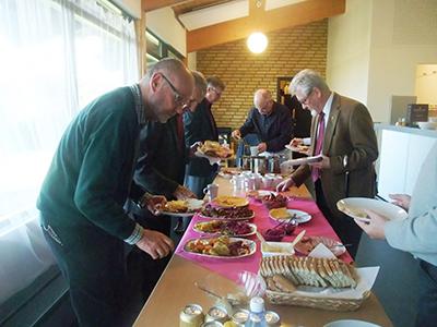 En läcker polsk buffé serverades medlemmarna på årsmötet.  T.v. Sverker Norén, t.h. Ingemar Olander. Foto: Göte Svensson.