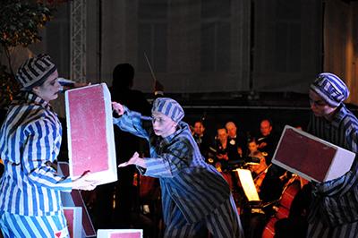 Gycklare på scenen gestaltade Förintelsen under konserten. Foto: Stanislaw Godula.