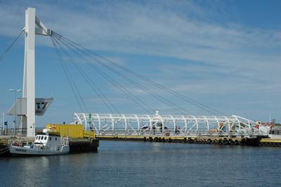 Gångbron över kanalen, som delar Ustka i en östlig och en västlig del.  östra och västra Ustka. December 19, 2013 invigdes den nya gångbron genom porten kanalen.