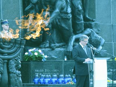 President Bronislaw Komorowski talar vid Gettomonumentet.
