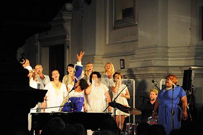 USAs gospelkung Joshua Nelson och Siennas Gospelkör från Warszawa höll en bejublad konsert i Allhelgonakyrkan i Warszawa. Foto: Stanisław Godula