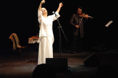 """Inspirerad av Singers roman Trollkarlen från Lublin kallade den briljanta vokalisten Anna Szałapak sin konsert """"Låt oss spela för Gud"""" (Grajmy Panu)."""
