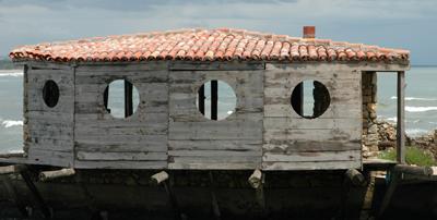 Fiskestuga vid Adriatiska havet i Montenegro – byggd som sol- och regnskydd.