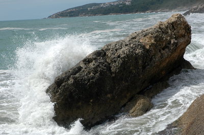 Adriatiska havets vågor slår mot klipporna vid Ulcinj, Montenegro.