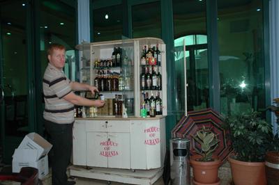 Redan vid gränsen till Albanien kan resenärerna provsmaka det albanska vinet och del albanska konjaken.