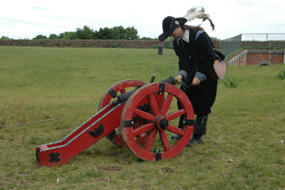 Zamosc fästning Riddaren visar hur man avfyrar kanonen från 1700-talet.