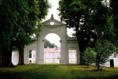 1700-talspalatset i staden Narol, som har runt 2000 invånare. Slottet byggdes av 1700-talsgreven greve Feliks Antony Los (1737–1804), general i kungens armé. Han öppnade både en fabrik och en skola i Narol. Italiensk trädgård i närheten. Greven samlade gamla handskrifter och konst och samlade ihop till ett av Polens största bibliotek vid den här tiden . Grundade en teater- och musikskola för välbärgade barn. Palatset ansågs vara ett av de vackraste i hela landet. När han dog skingrades samlingarna, men många av dem finns nu på ett offentligt bibliotek i Warszawa.