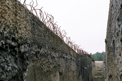 Murarna höll lägerfångarna på plats.