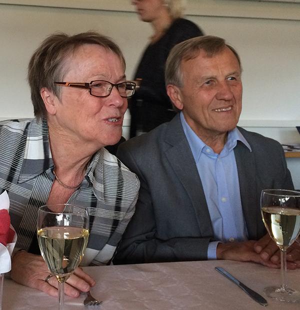 Karin och Jan Maltestam i animerat samtal med bordsgrannar. Foto: Gunilla Lindberg.