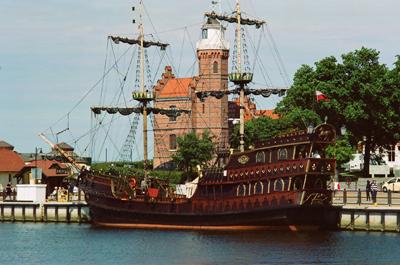 Ett piratskeppet tar ut turisterna på kryssning.