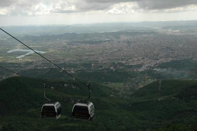 Dimman vilar över berget Dajt, som ligger öster om huvudstaden Tirana. Området kring berget är nationalpark, och sluttningarna är klädda med barr- och lövskog.
