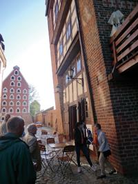 Det imponerande rådhuset ligger vid torget i Gamla stan. Här passerar alla, invånare som turister.