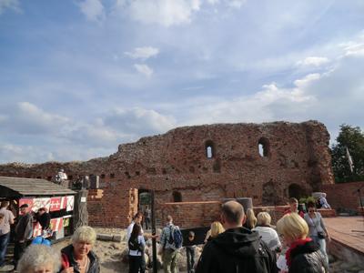 Det är Mikaelitid i Toruń. På dagen visas konsthantverk i den gamla borgruinen. På kvällen är det konsert.