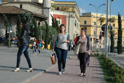 Invånarna skyndar fram på stadens gator.