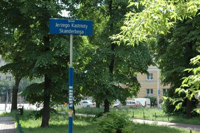 Hemma i Warszawa igen finner Stanislaw Godula ett torg som uppkallats efter den albanske nationalhjälten, på polska Jerzy Kastriota Skanderbeg.