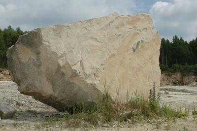 Här ett imponerande stenblock ute i naturen.