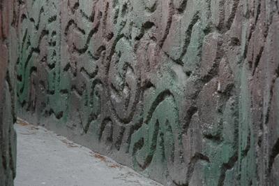 En gammal tysk bunker från andra världskriget är dekorerad med nazistsymboler