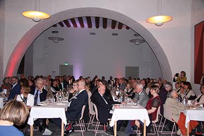 I djupa källarvalven ... gästerna samlades vid långbord i Vasasalen för att i muntert lag fira Samfundets jubileum. Foto: Waldemar Ostrycharczyk