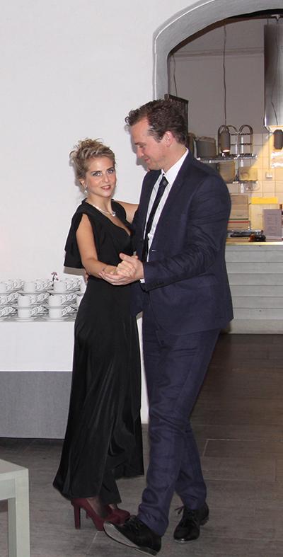 Spontandans i köket – Ellen Runebjörk och Henrik Widebrandt. Foto: Waldemar Ostrycharczyk