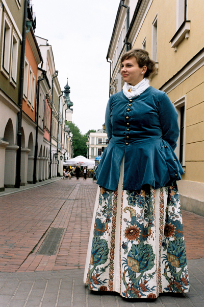 Flicka i traditionell dräkt från Zamosc.