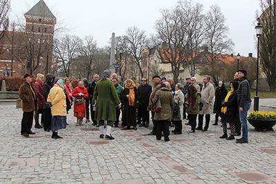 Hans Odöö i Linnés gestalt guidade jubileumsgästerna runt i centrala Uppsala. Foto: Waldemar Ostrycharczyk