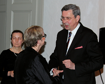 Karin Maltestam i samtal med ambassadör Wiesław Tarka. I bakgrunden generalkonsul Barbara Sośnicka. Foto: Waldemar Ostrycharczyk