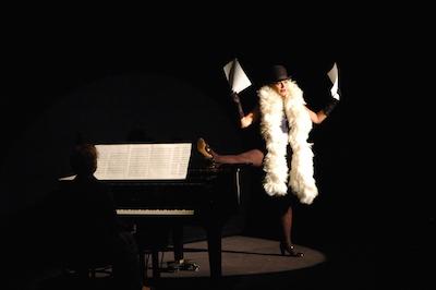 """Rumänska Maia Morgenstern i föreställningen """"Tonight: Lola Blau"""" efter Georg Kreislers original."""