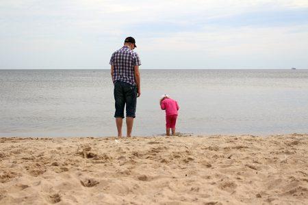 På stranden finns alltid saker att studera. Foto: Anna Ahlgren.