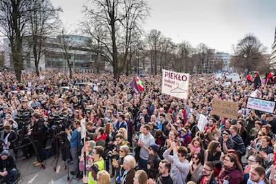 Klädgalgar fick symbolisera vad som väntar gravida kvinnor som vill avbryta en oönskad abort. Demonstration i Warszawa på söndagen. Foto: Partiet Tillsammans Facebooksida.