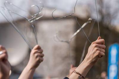 Trådgalgar fick symbolisera vad som väntar gravida kvinnor om möjligheten till abort tas bort helt och hållet. Foto Partija Razem, Facebook.