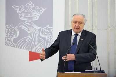 Konstitutionsdomstolens ordförande Andrzej Rzepliński har fått oväntat besök. Foto: Michał Józefaciuk, wikipedia.