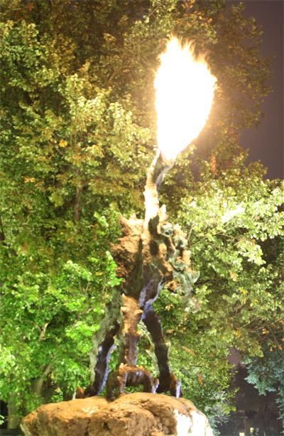 Draken sprutar eld där han står på vakt utanför sin grotta under Wawel. Foto: Anna Ahlgren.