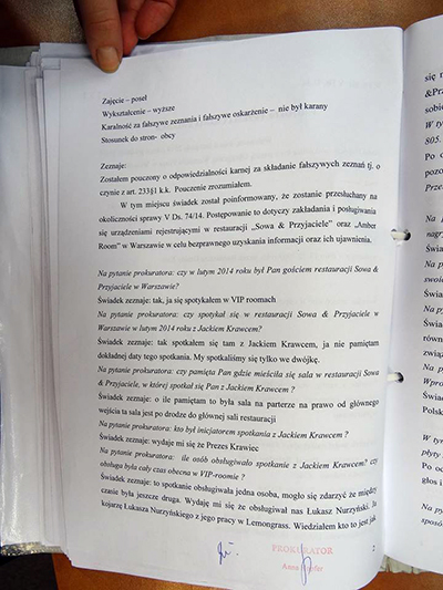 Tusentals sektretessbelagda sidor ur utredningsmaterialet har fotograferats och lagts ut på Facebook.