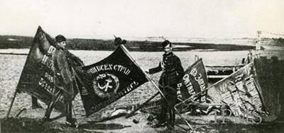 Polska soldater med fter slaget - standar från den besegrade Röda armen.