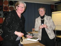 Lille-Mor Westerlund var glad vinnare vid utlottningen.