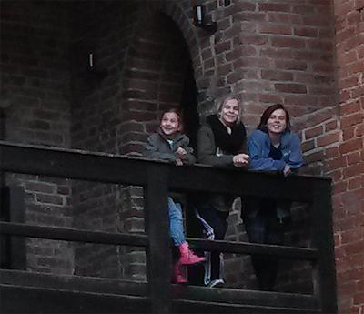 Femke, Marieke och Saskia Podse_dkowski  testar korsriddarnas undangömda balkong.