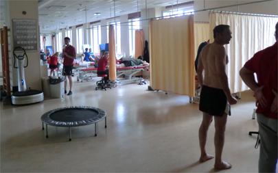 Medicinsk turism handlar om sjukvård, tandvård, rehabilitering, provrörsbefruktning och rehabilitering.  Här tränas patienter hos sjukgymnasterna på Carolina Medical Center i Warszawa.  Foto: Gunilla Lindberg.