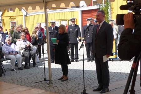 Polens ambassadör Michal Czyz håller tal på torget. Krystyna Larsson från Svensk-Polska Föreningen tolkar.