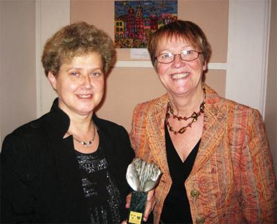 Samfundets vice ordförande Karin Maltestam överlämnar Samfundets statyett till Elzbieta Towarnicka, ordförande i 80-årsjubilerande Polsk-svenska föreningen i Polen.