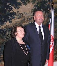 Professor Ewa Teodorwicz-Hellman och ambassadör Michal Czyz vid ceremonin på polska ambassaden i Stockholm.
