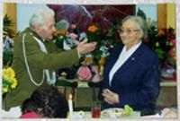 foto: Privat <br />De gamla vännerna från krigstiden håller fortfarande kontakt.  Här gratuleras Krystyna Koczy på 80-årsdagen.