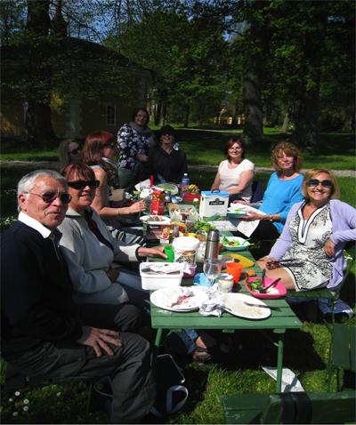 Ett glatt gäng intog sin picknick i parken.