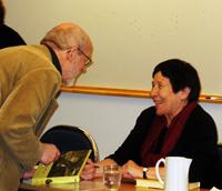 Jan Axel Stoltz var en av de många som ville ha sin bok signerad av författaren Joanna Olczak-Ronikier, som på måndagen besökte SOL i Lund.