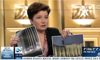 Borgmästare Hanna Gronkiewicz-Waltz illustrerar likheten mellan det föreslagna monumentet och belysningsarrangemang från nazitidens Tyskland. Skärmdump från TVN24.