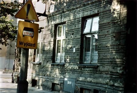 På fasaden till detta hus på en tvärgata till ulica Targowa kan man fortfarande se hålen efter granatsplitter.