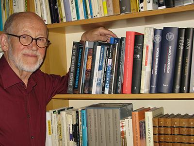 Jan Axel Stoltz vid sin hylla Jedwabnelitteratur, som bl.a. innehåller den 1550 sidor långa utredningen från IPN gjord 2002. Foto: Privat.