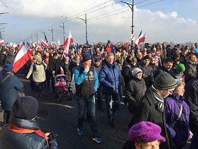Tiotusentals demonstranter tågade genom Warszawa på lördagen. Foto: Ted Bergdahl.