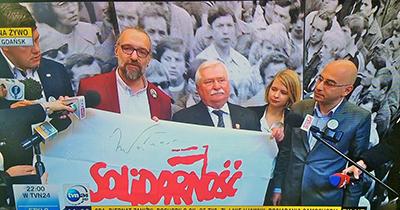 KOD-ledaren Mateusz Kijowski och förre Solidaitetsledaren Lech Wałęsa med Solidaritets flaagga och Wałęsas namnteckning. Foto: KOD, Facebook.