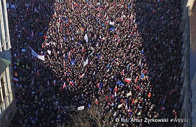 Från demonstrationerna i Warszawa på lördagen. Bilden är hämtad från KODs Facebooksida.