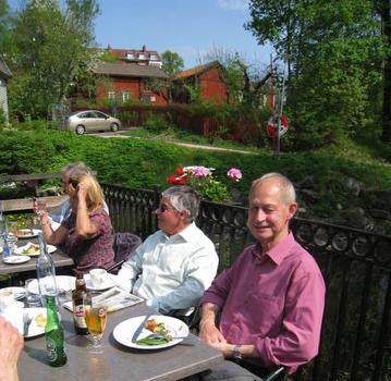 Krystyna Larsson, Eddie Kurt-Fuentes och Kaj Wahlberg äter lunch på terrassen vid ån.